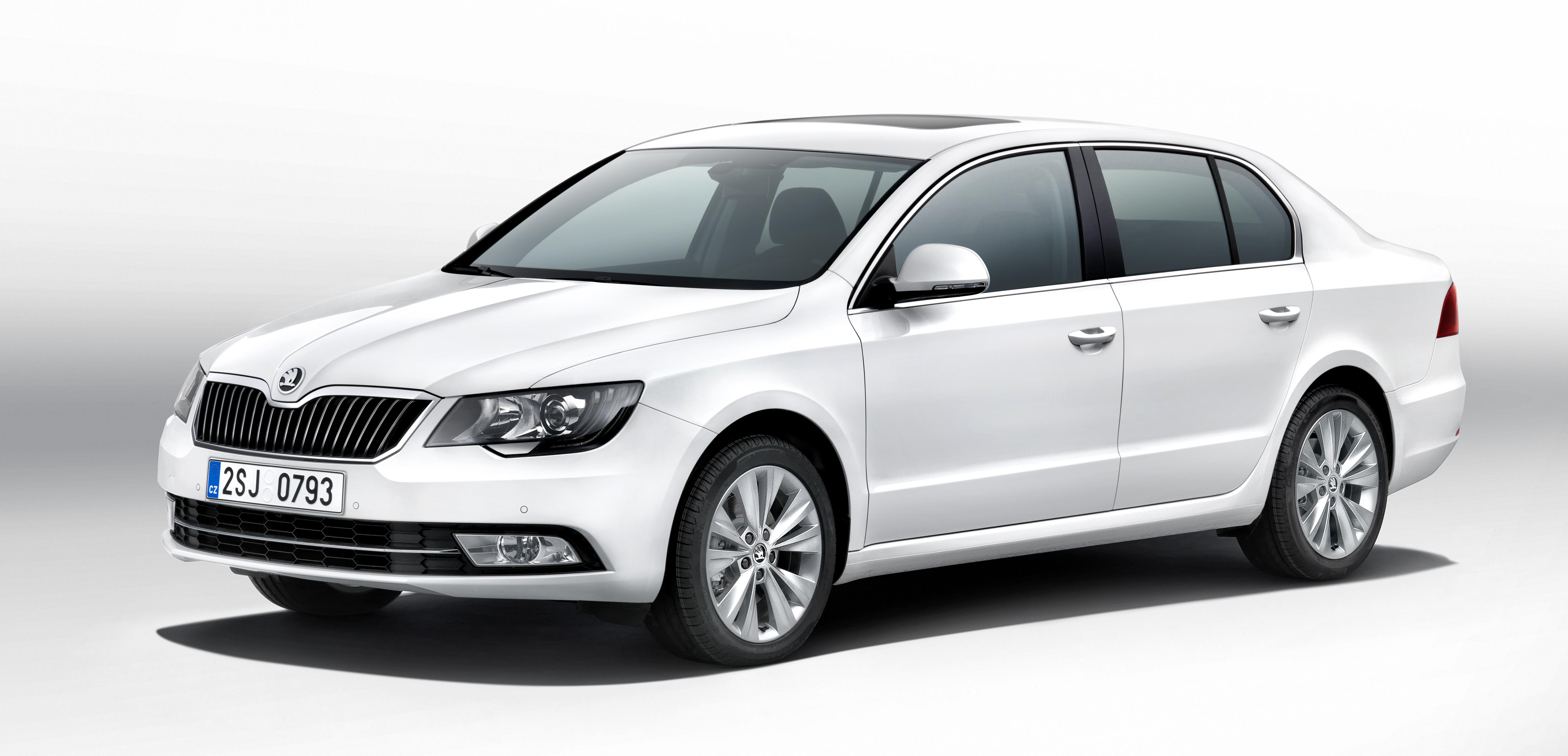 Átfogó modellfrissítéssel érkezik a Škoda megújult zászlóshajója